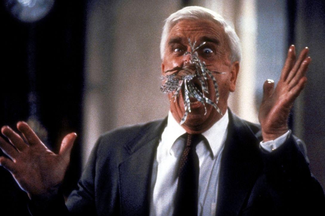 Drebins (Leslie Nielsen) Nase befindet sich in einer misslichen Lage: Ein fleischfressender Zierfisch des Industriellen Vincent Ludwig hat sich an i... - Bildquelle: Paramount Pictures