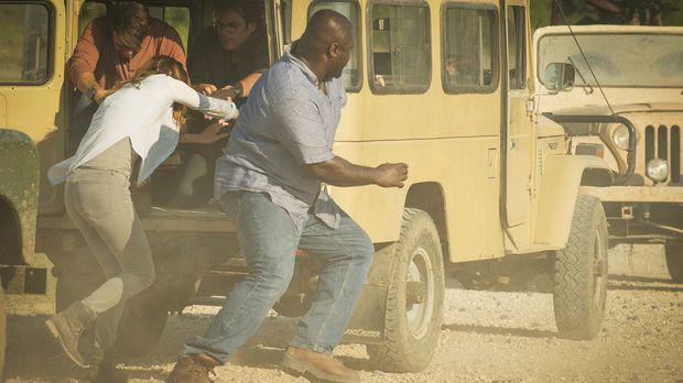Ein Rebellenangriff auf ihrer Reise durch Afrika wird durch einen gut getimte...