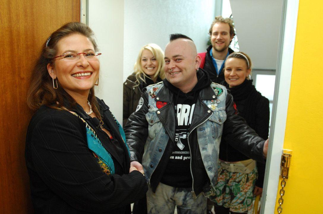 Maggy (l.) freut sich auf die besonderen Gäste: Vanessa (2.v.l.), Mark (M.), Pascal (2.v.r.) und Jenny (r.) werfen einen Blick in ihren Kleiderschra... - Bildquelle: Stefan Menne Sat.1