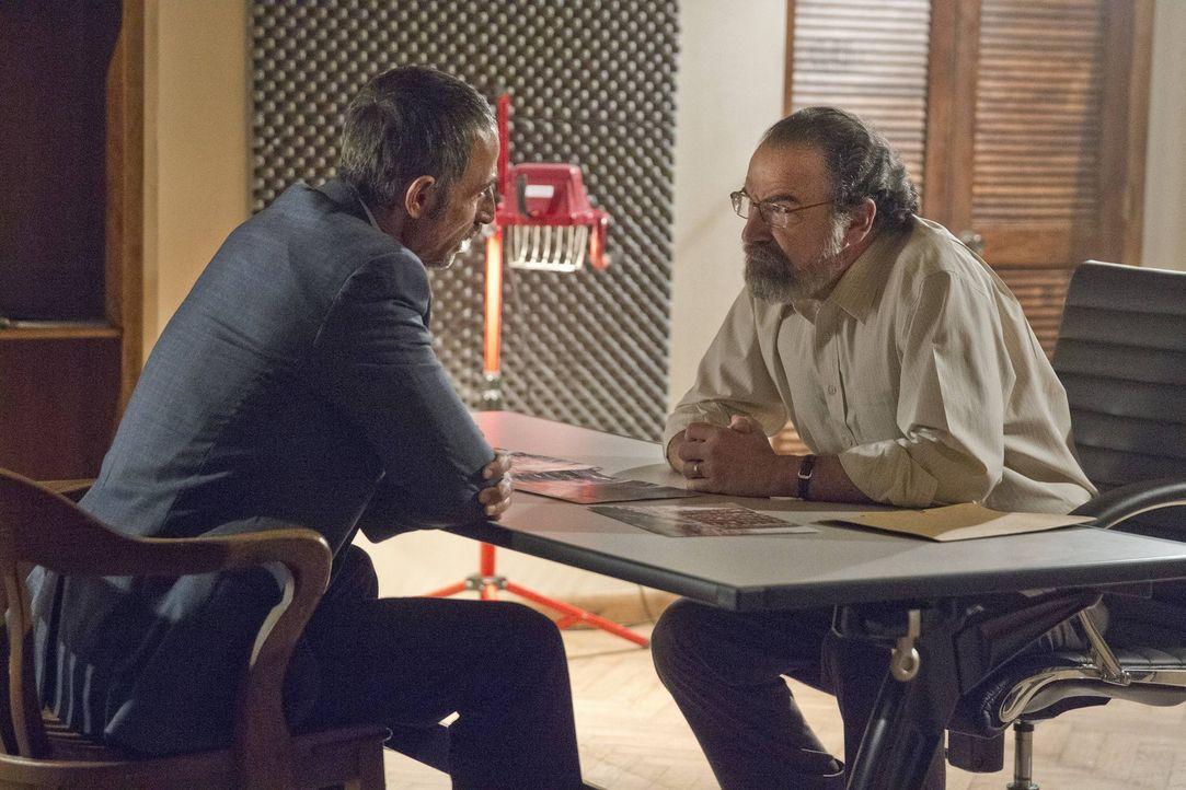 Nachdem sein alter Gegenspieler Javadi (Shaun Toub, l.) nun in seiner Gewalt ist, muss Saul (Mandy Patinkin, r.) die Entscheidung seines Lebens tref... - Bildquelle: 2013 Twentieth Century Fox Film Corporation. All rights reserved.