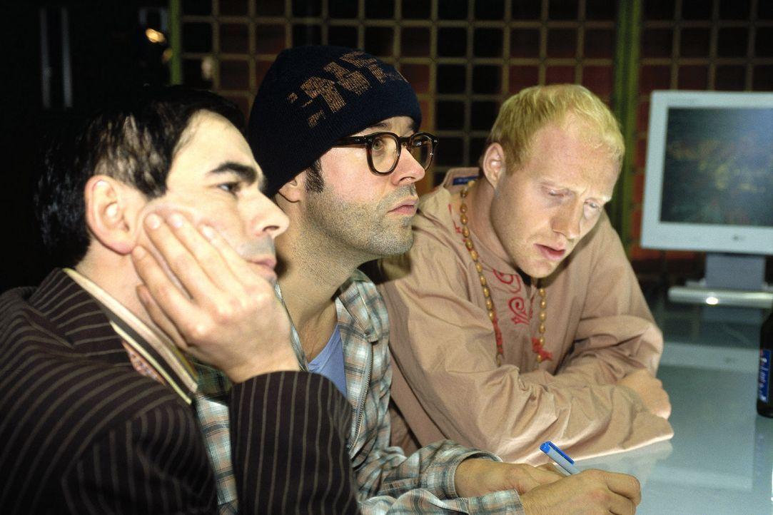 Mark (Oscar Ortega Sánchez, l.), Martin (Jan Josef Liefers, M.) und Ralf (Simon Schwarz, r.) entwickeln eine todsichere Strategie ... - Bildquelle: Katrin Knoke Sat.1