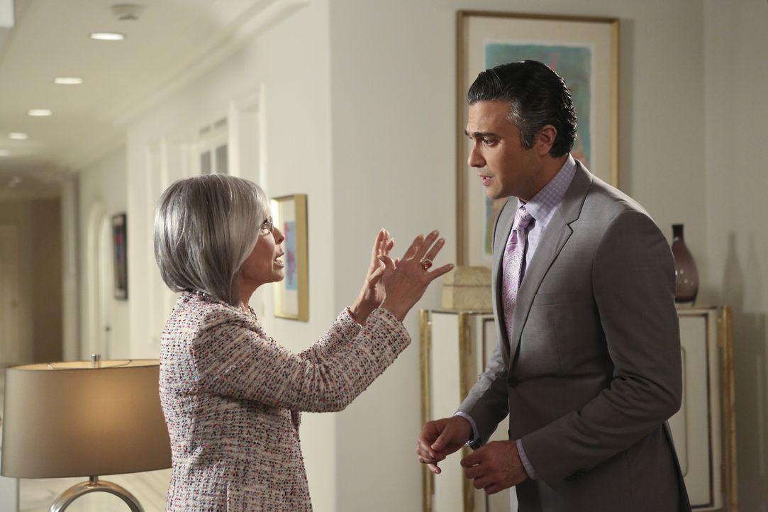 Wie wird das Zusammentreffen von Rogelios (Jaime Camil, r.) Mutter Liliana (Rita Moreno, l.) mit Jane und Xo verlaufen? - Bildquelle: 2014 The CW Network, LLC. All rights reserved.