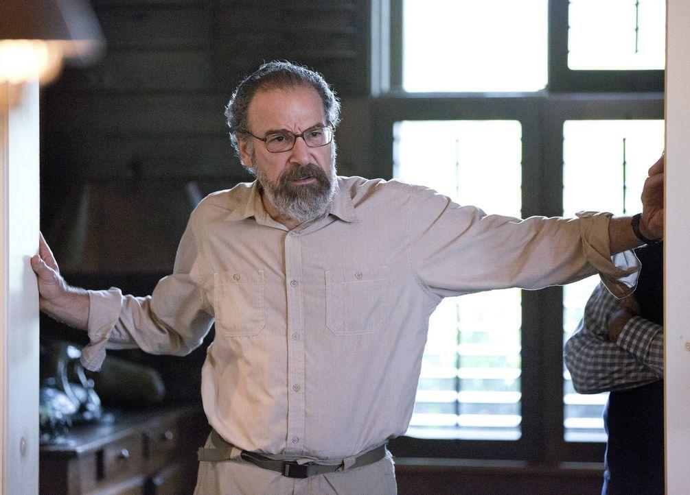 Während Carrie ihre Mission aufs Spiel setzt, um jemanden einen gefährlichen Gefallen zu tun, scheut Saul (Mandy Patinkin) keine Auseinandersetzung... - Bildquelle: 2013 Twentieth Century Fox Film Corporation. All rights reserved.