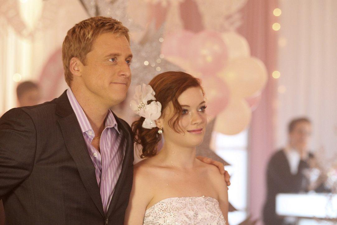 Eine ganz besondere Geburtstagsparty: Tessa (Jane Levy, r.) und Noah (Alan Tudyk, l.) ... - Bildquelle: Warner Bros. Television