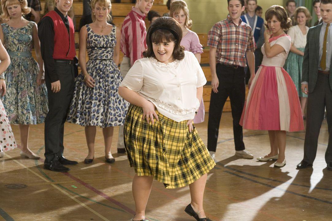 Tracy Tumblad (Nicole Blonsky, vorne) hat nur einen Traum: Sie will tanzen, tanzen, tanzen ... - Bildquelle: Warner Brothers International Television Distribution Inc.