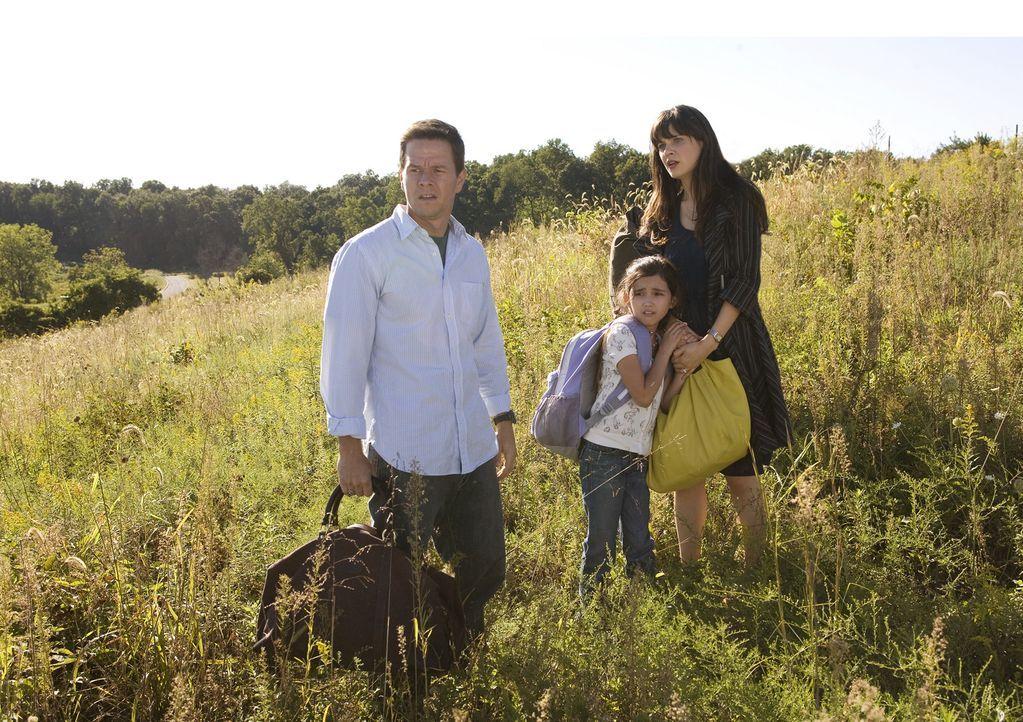 Mitten in der Pampa haben Elliot (Mark Wahlberg, r.), Alma (Zooey Deschanel, l.) und die kleine Jess (Ashlyn Sanchez, M.) keinen Kontakt zur Außenw... - Bildquelle: 20th Century Fox