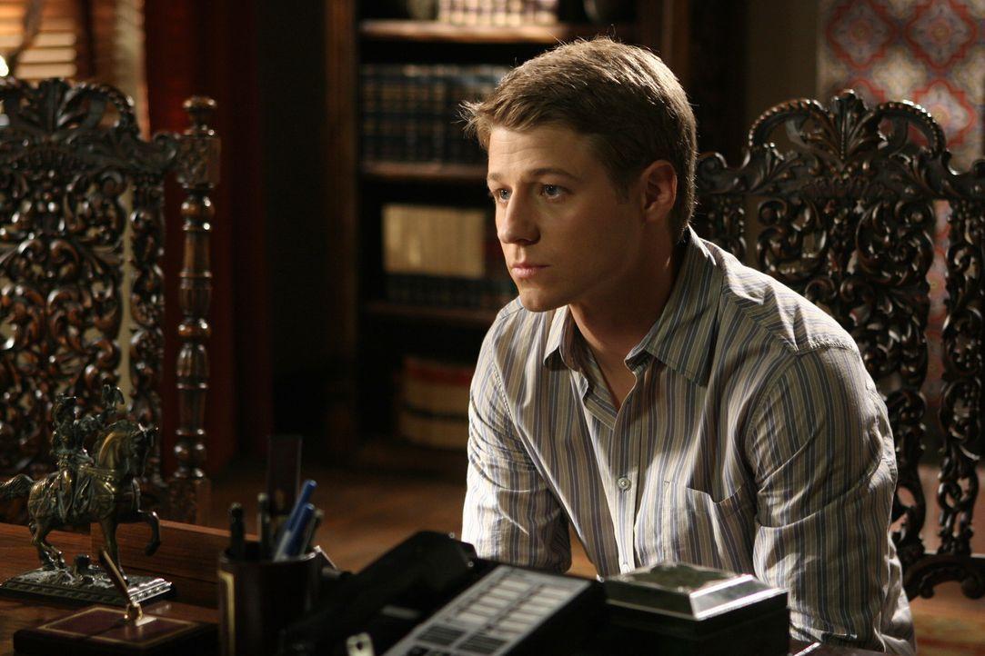 Ryan (Benjamin McKenzie) versucht den Entschluss der Rektorin, Marissa von der Schule zu verweisen, zu verhindern ... - Bildquelle: Warner Bros. Television