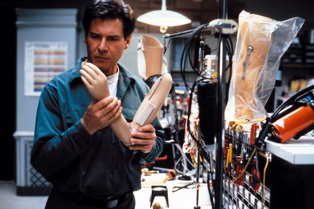 Auf der Suche nach dem Mörder seiner Frau, macht Dr. Kimble (Harrison Ford) eine besorgniserregende Entdeckung ... - Bildquelle: Warner Brothers International Television Distribution Inc.