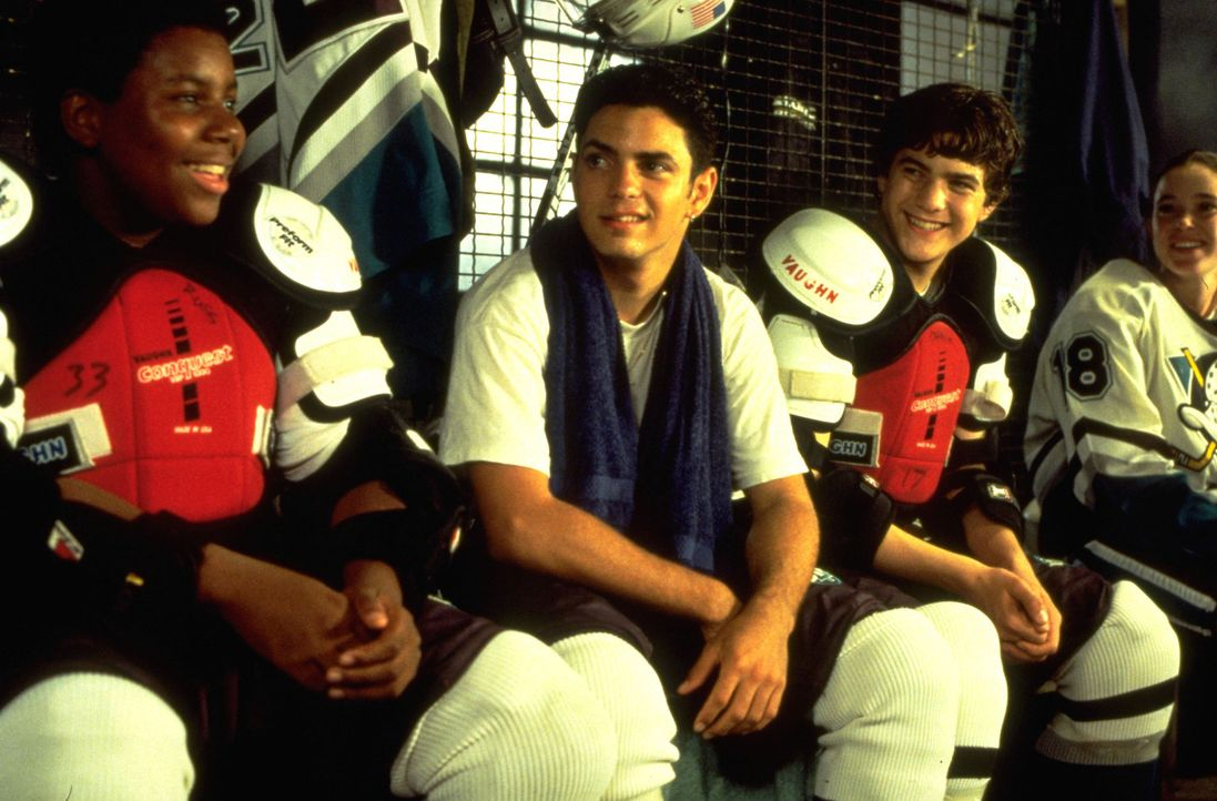 "Dank eines Stipendiums haben die Kufenstars von den ""Mighty Ducks"", (v.l.n.r.) Russ (Kenan Thompson), Luis (Mike Vitar), Charlie (Joshua Jackson) un... - Bildquelle: Disney.  All Rights Reserved."
