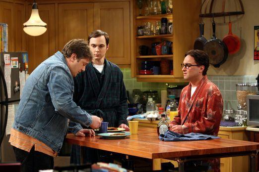 The Big Bang Theory - Leonard (Johnny Galecki, r.) ist irritiert, als sich Ji...