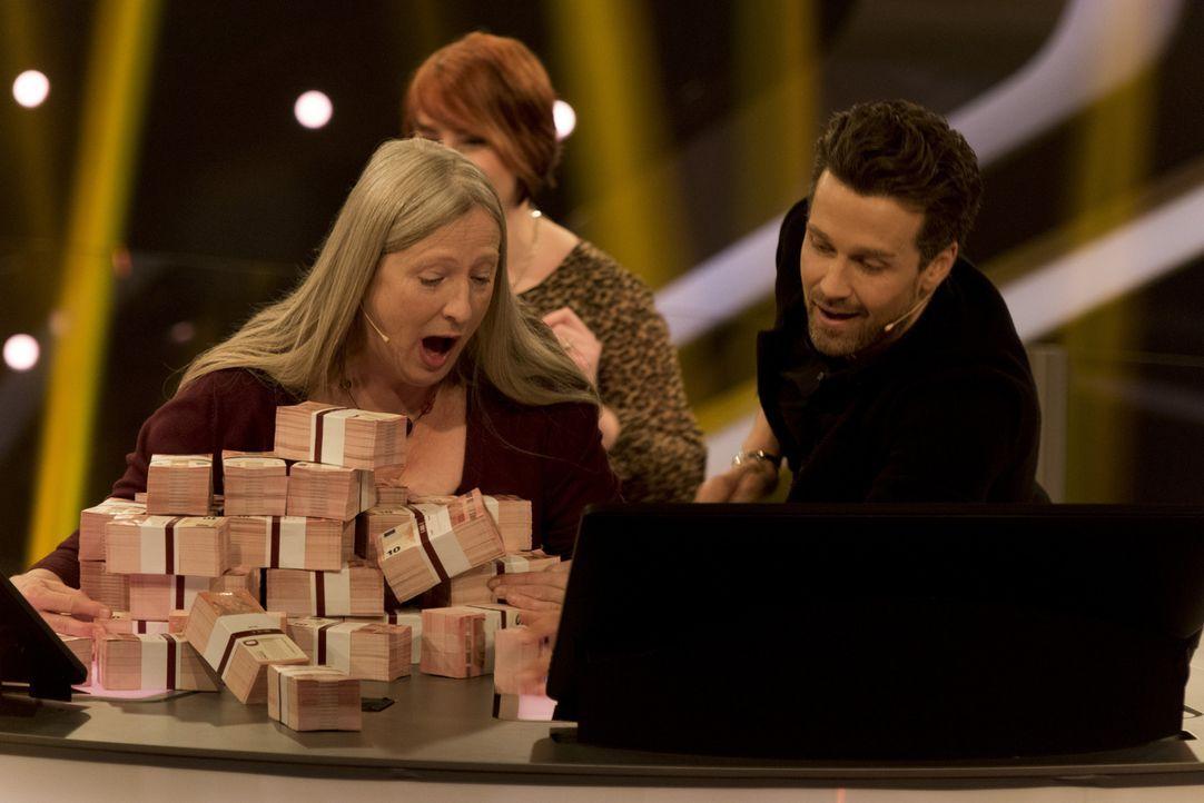 """Zocken in """"Keep Your Money"""" mit Wayne Carpendale (r.) um bis zu 250.000 Euro: Barbara (M.) und Alexandra Scharf (l.), zwei Edelbrandsommelierinnen a... - Bildquelle: Martin Rottenkolber SAT.1"""