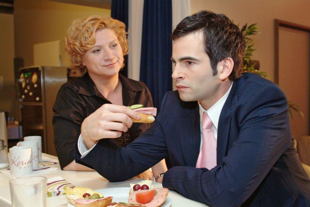 Agnes (Susanne Szell, l.) unterstreicht Lisas Loyalität gegenüber dem daran zweifelnden David (Mathis Künzler, r.) - und bringt ihn ins Grübeln. - Bildquelle: Sat.1