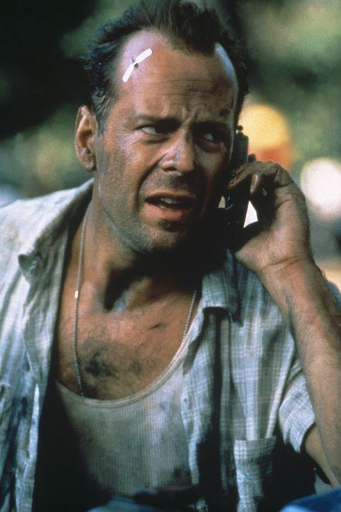 Obwohl John McClane (Bruce Willis) eigentlich momentan vom Dienst suspendiert ist, muss er einen wunderschönen Kater links liegen lassen und seinen... - Bildquelle: 20th Century Fox