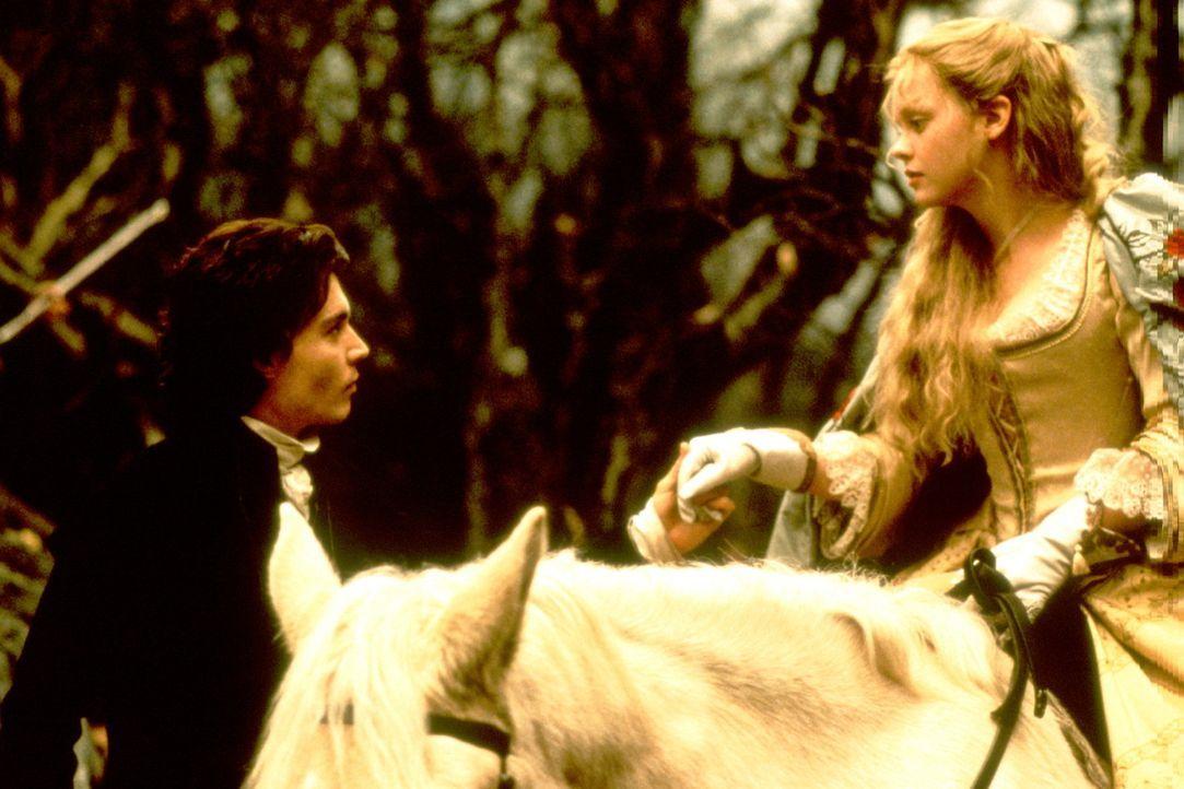 Zwischen dem Gendarm Ichabod Crane (Johnny Depp, l.) und Katrina (Christina Ricci, r.) bahnt sich eine Romanze an ... - Bildquelle: Constantin Film