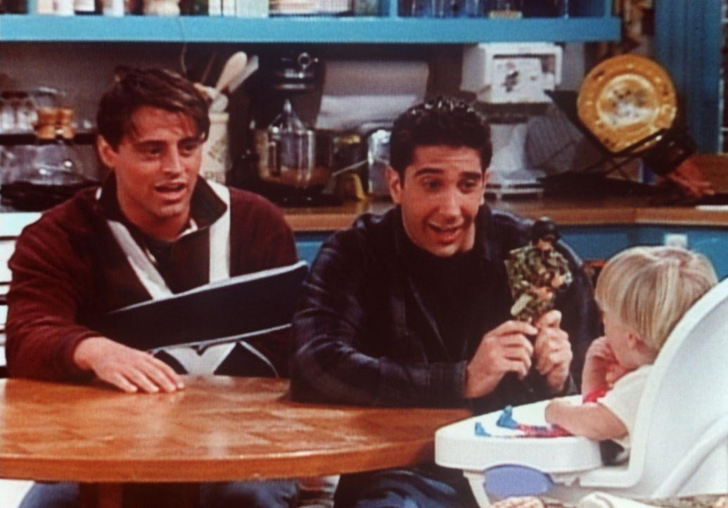 Ross (David Schwimmer, M.) möchte nicht, dass sein Sohn Ben (Charlie & Jack Allen, r.) mit Barbie-Puppen spielt. Joey (Matt LeBlanc, l.) unterstüt... - Bildquelle: TM+  2000 WARNER BROS.