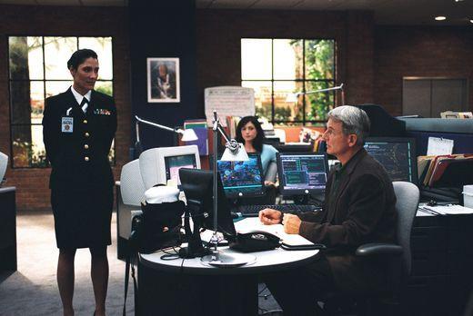 Navy CIS - Commander Faith Coleman (Alicia Coppola, l.) vom JAG will Yost unb...