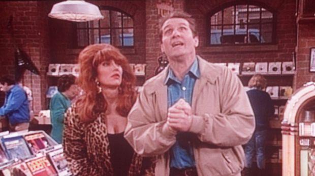 Peggy (Katey Sagal, l.) hofft, dass Al (Ed O'Neill, r.) endlich die Platte fi...