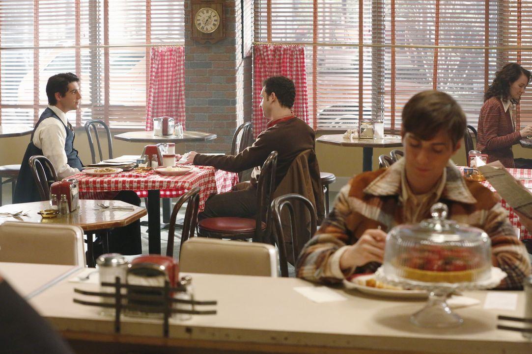 Ein alter Fall von Rossi (Robert Dunne, l.) und Gideon (Ben Savage, 2.v.l.) soll dem Team bei der Aufklärung eines neuen Falles weiterhelfen ... - Bildquelle: ABC Studios