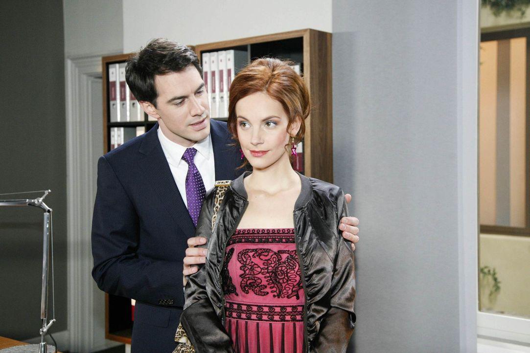 Manu (Marie Zielcke, r.) glaubt, ihr stünde ein Date mit Mark (Arne Stephan, l.) bevor. Doch Mark bringt einen unerwarteten Gast mit ... - Bildquelle: SAT.1