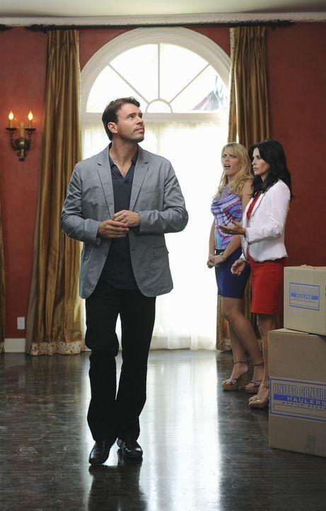 Jules (Courteney Cox, r.) und Laurie (Busy Philipps, M.) können nicht glauben, dass Jeff (Scott Foley, l.) so unverschämt ist. Doch das bringt ihm... - Bildquelle: 2009 ABC INC.