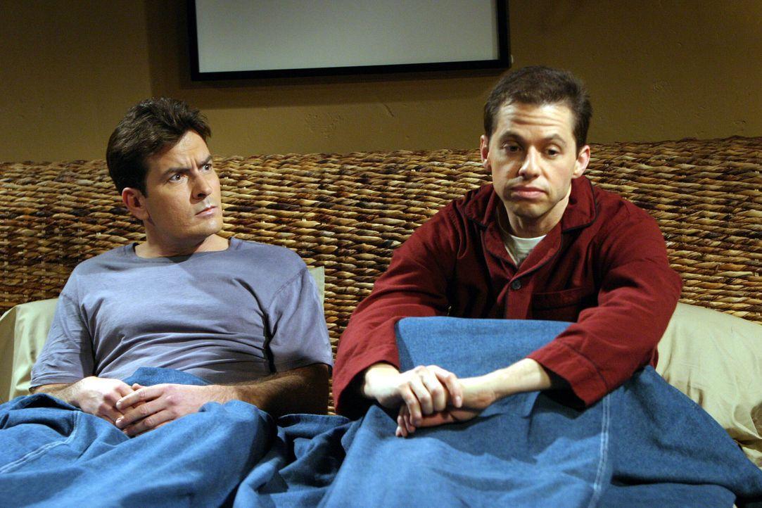 Zu Charlies (Charlie Sheen, l.) Entsetzen entwickelt sich zwischen Frankie und Alan (Jon Cryer, r.) eine Romanze ... - Bildquelle: Warner Brothers Entertainment Inc.