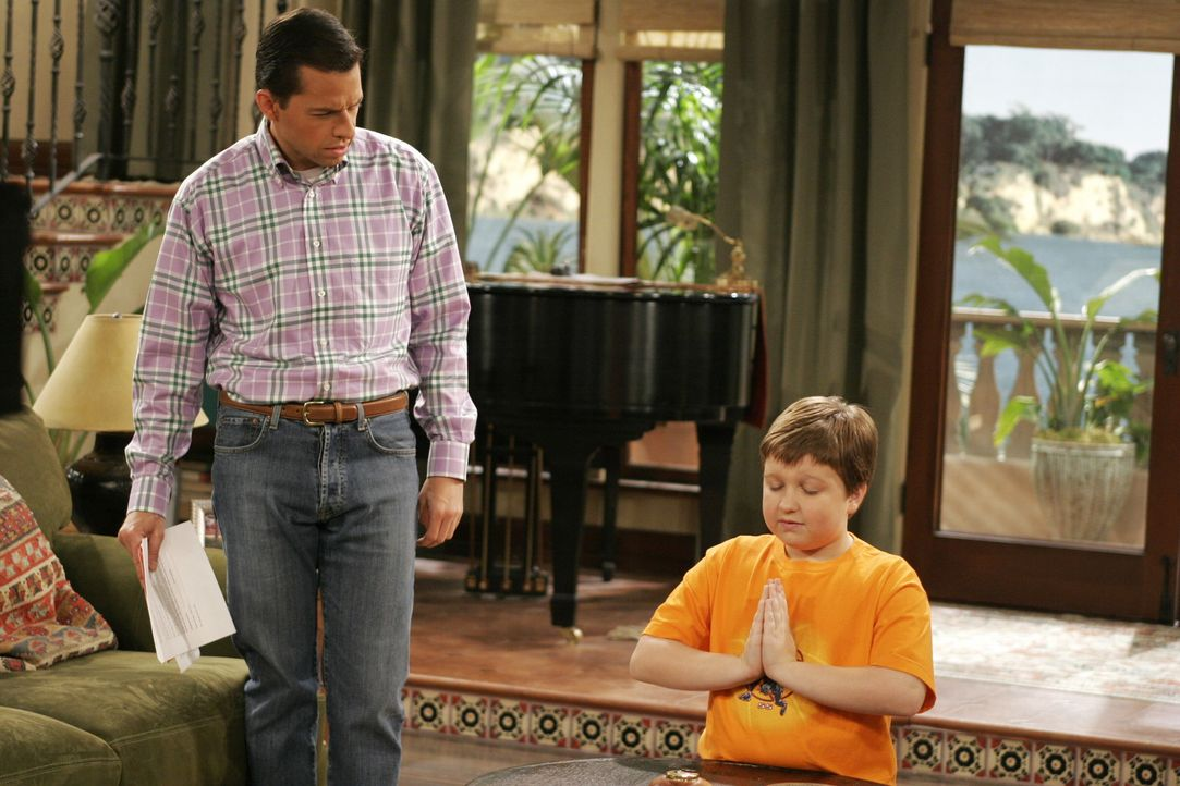 Alan (Jon Cryer, l.) ist über Jakes (Angus T. Jones, r.) Verhalten irritiert ... - Bildquelle: Warner Brothers Entertainment Inc.
