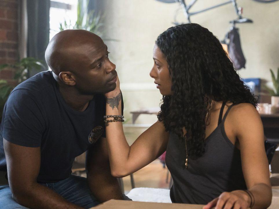 Eigentlich wollte Jana (Christina Marie Moses, r.) nach drei Jahren Beziehung endlich bei Lex (David Gyasi, l.) einziehen, doch der Tag endet für be... - Bildquelle: Warner Brothers