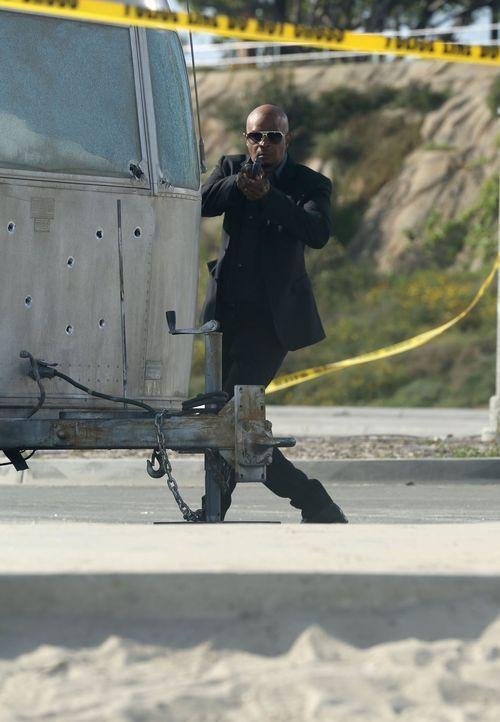 Als Riggs von Killern verfolgt wird und Morddrohungen erhält, sind Murtaugh (Damon Wayans) und das gesamte Police Department in höchster Alarmbereit... - Bildquelle: Warner Brothers