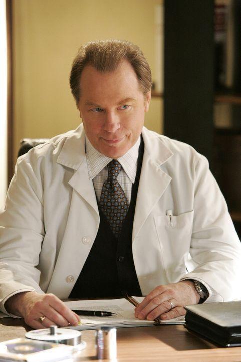 Jack bekommt eine Behandlung wegen der radioaktiven Verstrahlung. Sein Arzt, Atticus Liddell (Michael McKean) warnt ihn vor Nebeneffekten und sagt i... - Bildquelle: Touchstone Television