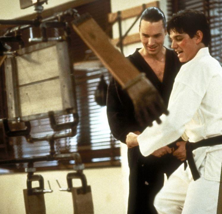 Der skrupellose Geschäftsmann und Karatemeister Silver (Thomas Ian Griffith, l.) versucht, Daniel (Ralph Macchio, r.) zu beeinflussen ... - Bildquelle: Columbia Pictures