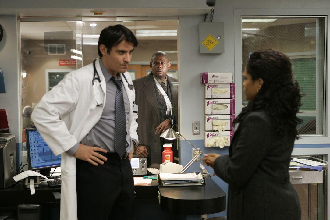 Luka (Goran Visnjic, l.) und Mandy (Judith Scott, r.) bemerken nicht, das Curtis Ames (Forest Whitaker, M.) auf dem Weg zu ihnen ist ... - Bildquelle: Warner Bros. Television