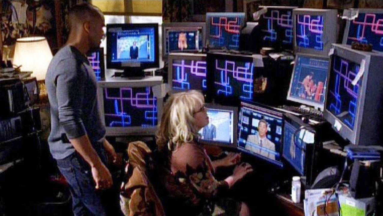 Die Special Agents Penelope Garcia (Kirsten Vangsness, r.) und Derek Morgan (Shemar Moore, l.) untersuchen die Computer von Tobias Hankel nach mögl... - Bildquelle: Touchstone Television