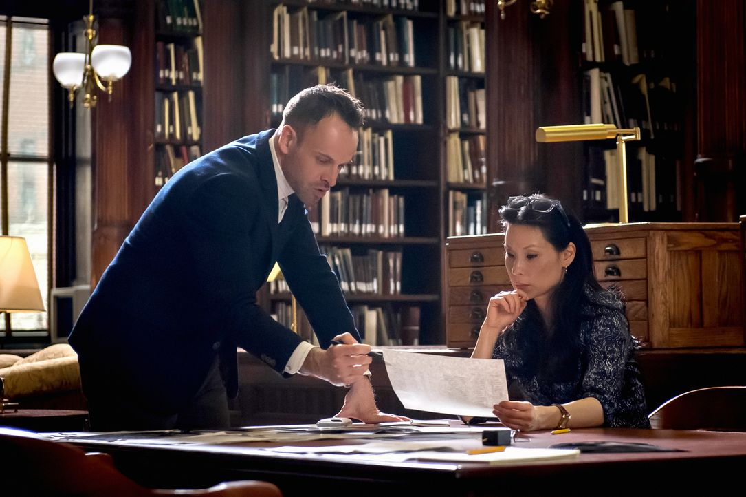 Die Analyse der Funksender von Handymasten bringt Holmes (Jonny Lee Miller) und Watson (Lucy Liu) auf eine heiße Spur ... - Bildquelle: CBS Television