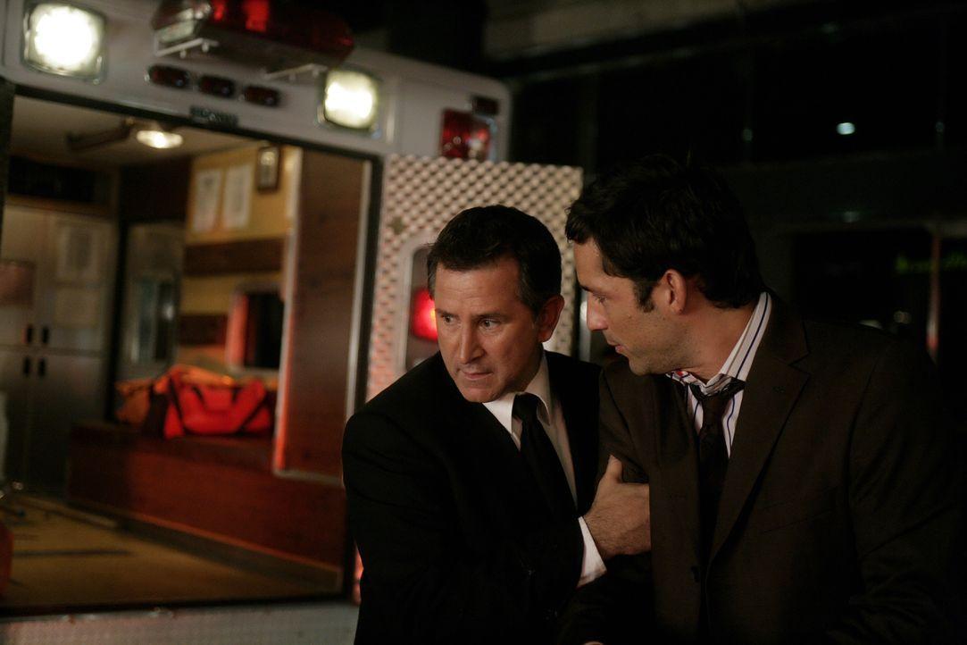 Jack Malone (Anthony LaPaglia, l.) versucht, seinen völlig aufgebrachten Kollegen Danny Taylor (Enrique Murciano, r.) zu beruhigen ... - Bildquelle: Warner Bros. Entertainment Inc.
