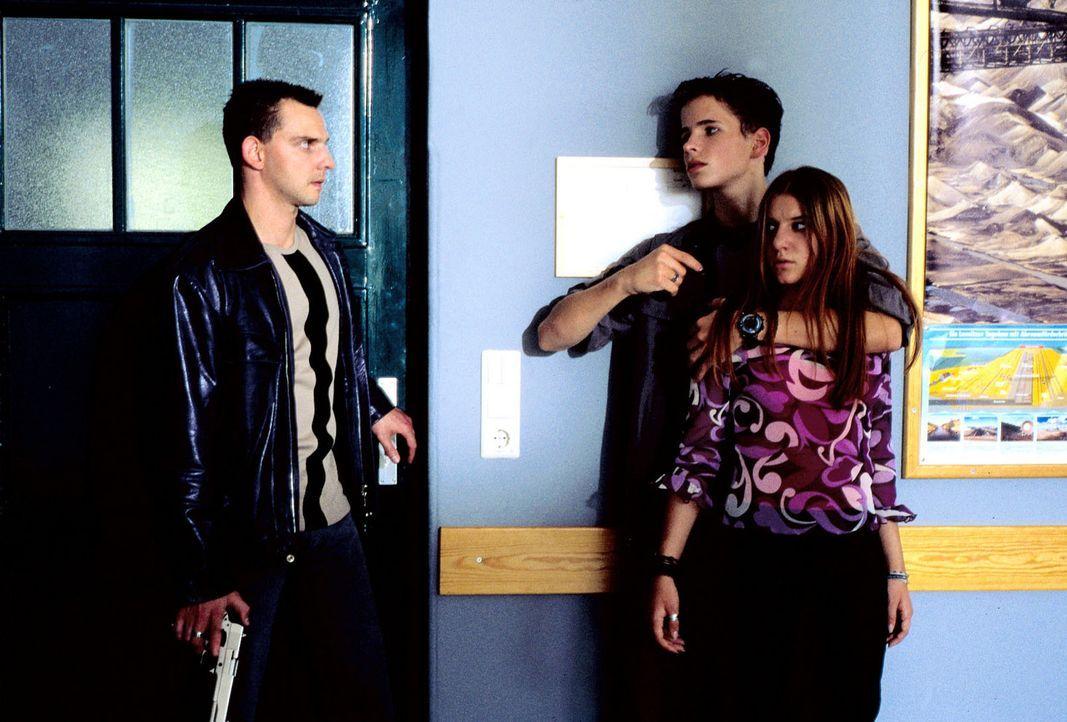 Als Tom (Steven Merting, l.) den Klassenraum betritt, bedroht Benno (Martin Goeres, M.) seine Mitschülerin Betty (Anja Stadlober, r.) mit der Pistol... - Bildquelle: Alfred Raschke Sat.1