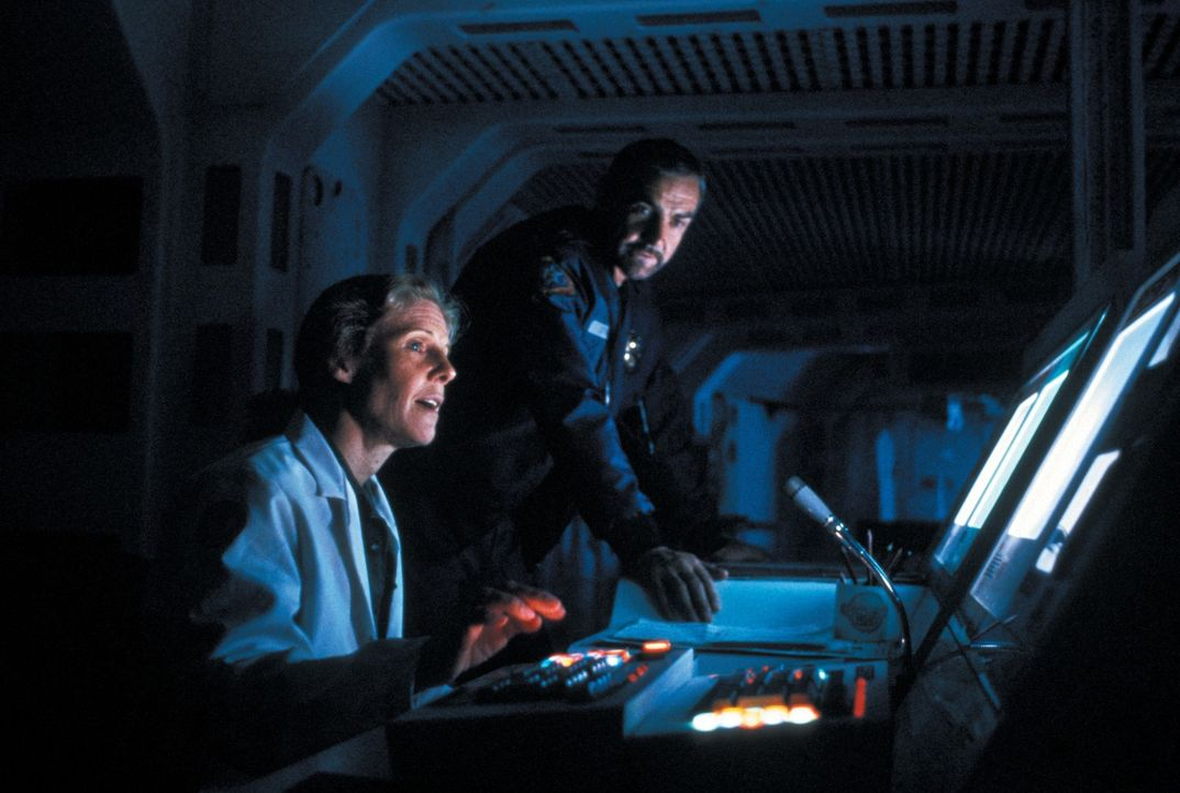 Lazarus (Frances Sternhagen, l.); O'Niel (Sean Connery, r.) - Bildquelle: 1981 Warner Bros. Entertainment Inc. All rights reserved.