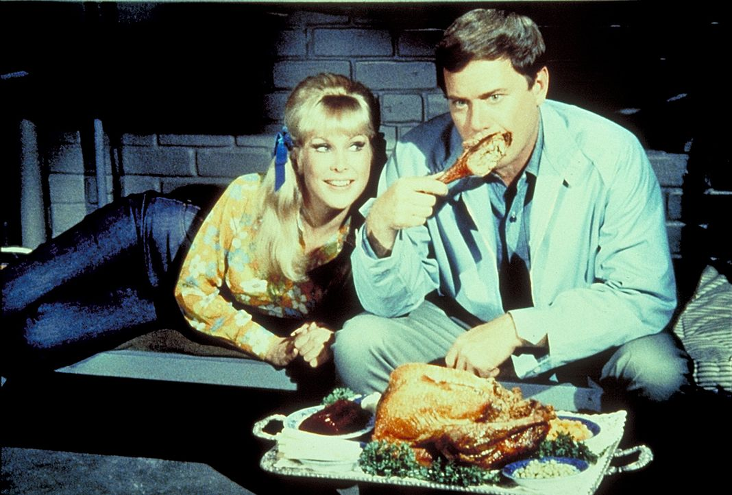 Um Tony (Larry Hagman, r.) zu trösten, zaubert Jeannie (Barbara Eden, l.) ihrem Meister einen Putenbraten her.