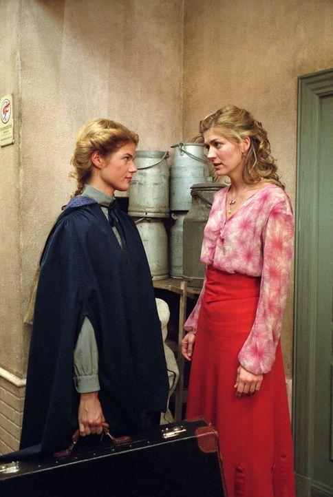 Anna (Annekathrin Bach, l.) soll das Haus Gravenhorst für immer verlassen. Doch Fritzi (Nina Bott, r.) hält sie zurück ... - Bildquelle: Aki Pfeiffer Sat.1