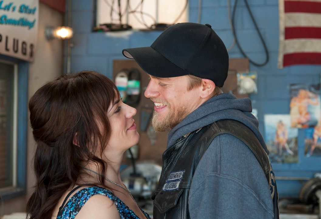 Selbst, wenn um sie herum ihre Welt bröckelt, halten Jax (Charlie Hunnam, r.) und Tara (Maggie Siff, l.) zusammen ... - Bildquelle: 2011 Twentieth Century Fox Film Corporation and Bluebush Productions, LLC. All rights reserved.