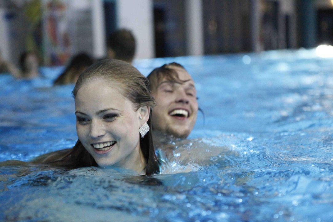 Als die neuen Freunde eine wilde Party im Schulschwimmbad feiern, setzt Caro (Sonja Bertram, l.) alles auf eine Karte. Doch wird sie bei Ben (Christ... - Bildquelle: SAT.1
