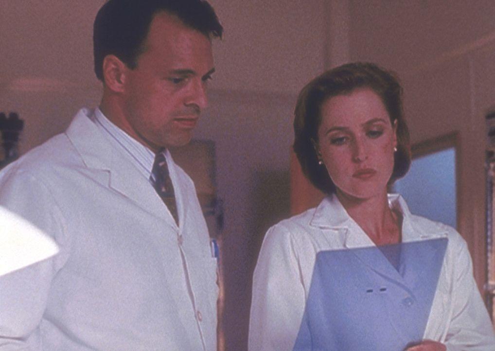 Scully (Gillian Anderson, r.) erfährt von einem Mitarbeiter des Pentagon, dass sie und Mulder jahrelang hinters Licht geführt wurden. - Bildquelle: TM +   2000 Twentieth Century Fox Film Corporation. All Rights Reserved.