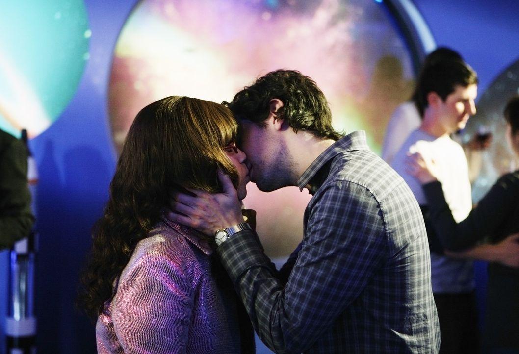 Liebe liegt in der Luft: Matt Hartley (Daniel Eric Gold, r.) und Betty (America Ferrera, l.) ... - Bildquelle: 2008   ABC Studios