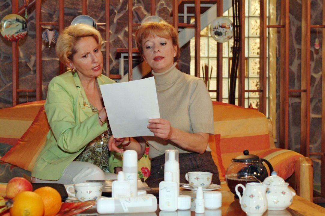 Helga (Ulrike Mai, r.) will ins Aloe Vera-Geschäft einsteigen. Um sich keine Blöße zu geben, ordert sie bei Traudel (Gabriele Metzger, l.) gleich da... - Bildquelle: Monika Schürle Sat.1
