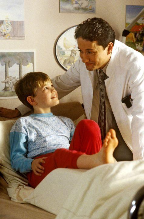 Dr. Markus Kampmann (Ulrich Reinthaller, r.) möchte sich gern um den kleinen Marcel (Benjamin Rausch, l.) kümmern und ihm helfen, den verpfuschten T... - Bildquelle: Bernd Spauke Sat.1