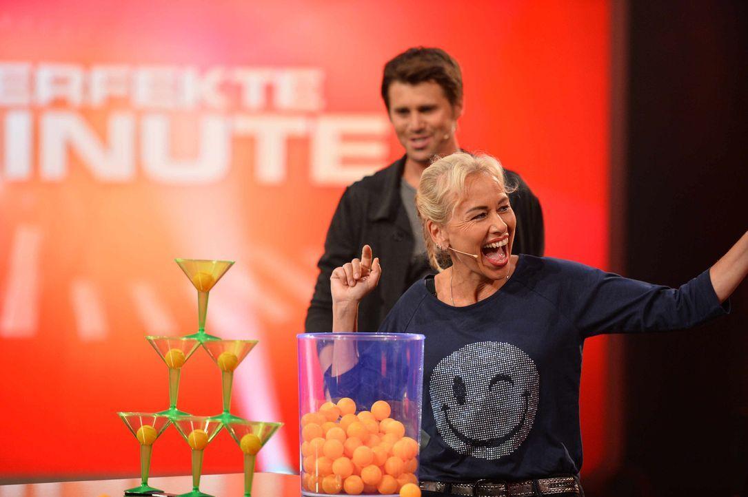 Thore Schölermann (hinten) freut sich über Jaanas (vorne) perfekte Minute ... - Bildquelle: Willi Weber SAT.1
