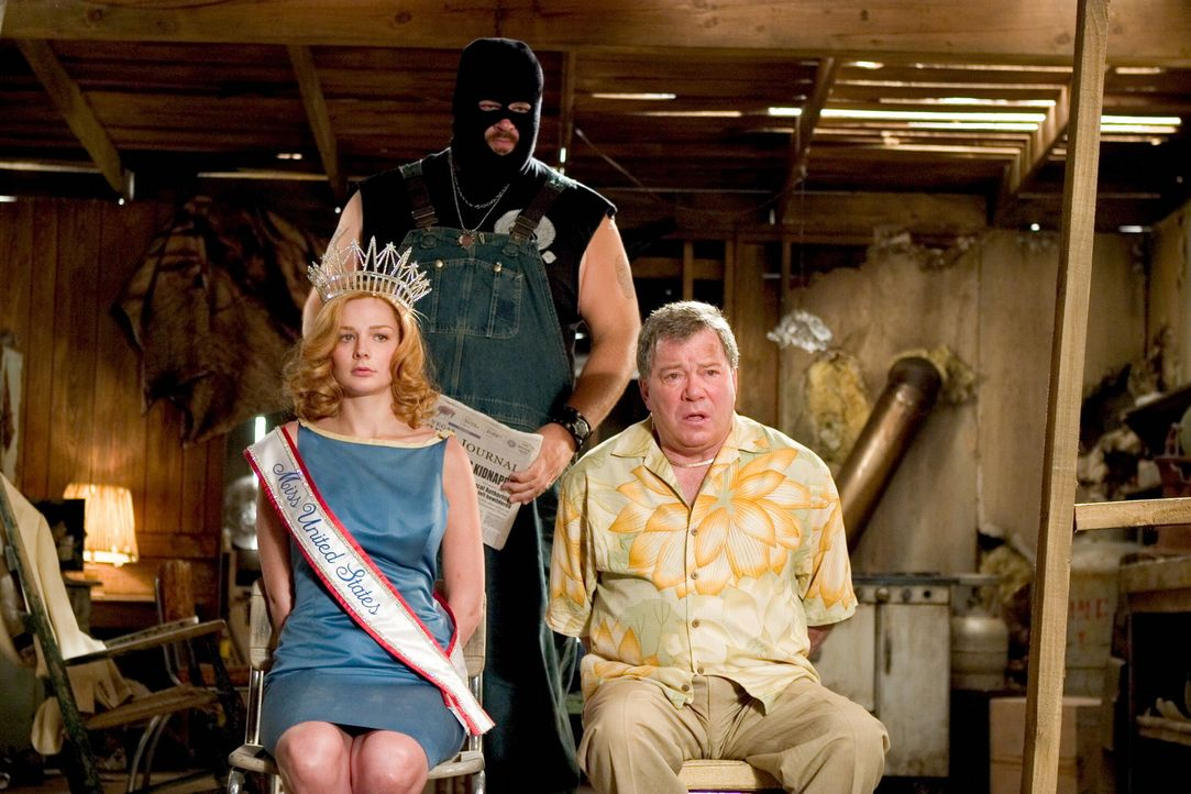 "Werden von Geiselgangstern entführt: ""Miss United States"", Cheryl Frasier (Heather Burns, l.), und Stan Fields (William Shatner, r.). Kann das FBI s... - Bildquelle: Warner Bros. Television"