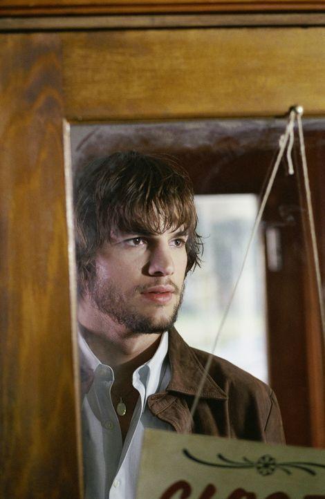 Evan (Ashton Kutcher) entdeckt, dass er sich bei Konzentration auf das Geschriebene zurück in die entscheidenden Momente seiner Kindheit versetzen... - Bildquelle: Warner Brothers
