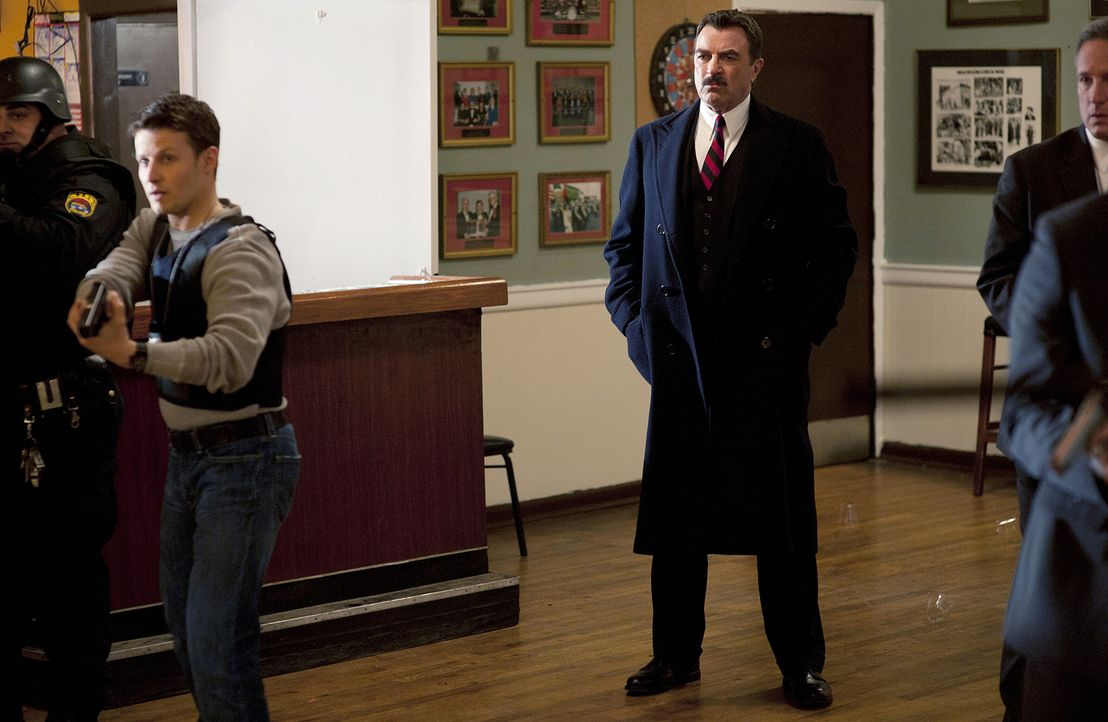Stürmen ein geheimes Treffen der blauen Templer: Jamie (Will Estes, 2.v.l.) und Frank (Tom Selleck, M.) - Bildquelle: 2010 CBS Broadcasting Inc. All Rights Reserved