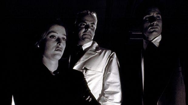 Scully (Gillian Anderson, l.) und Mulder (David Duchovny, r.) sind entsetzt v...