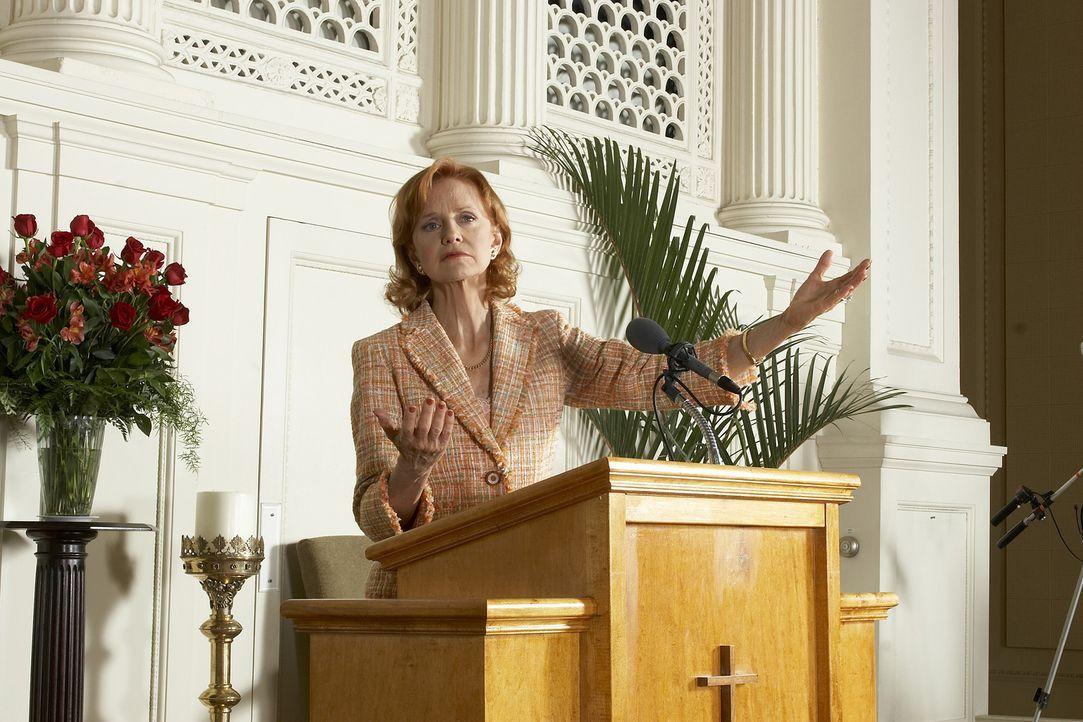 Die machtbesessene Penny Hall (Swoosie Kurtz) nutzt die Gunst der Stunde, um neue Mitglieder für ihre Sekte zu werben. In ihren Fernsehpredigten sc... - Bildquelle: 2006 RHI Entertainment Distribution, LLC